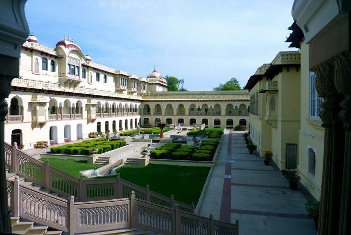 Jaipur-Rambagh-Palace-Courtyard Los Mejores Palacios reales para visitar en India