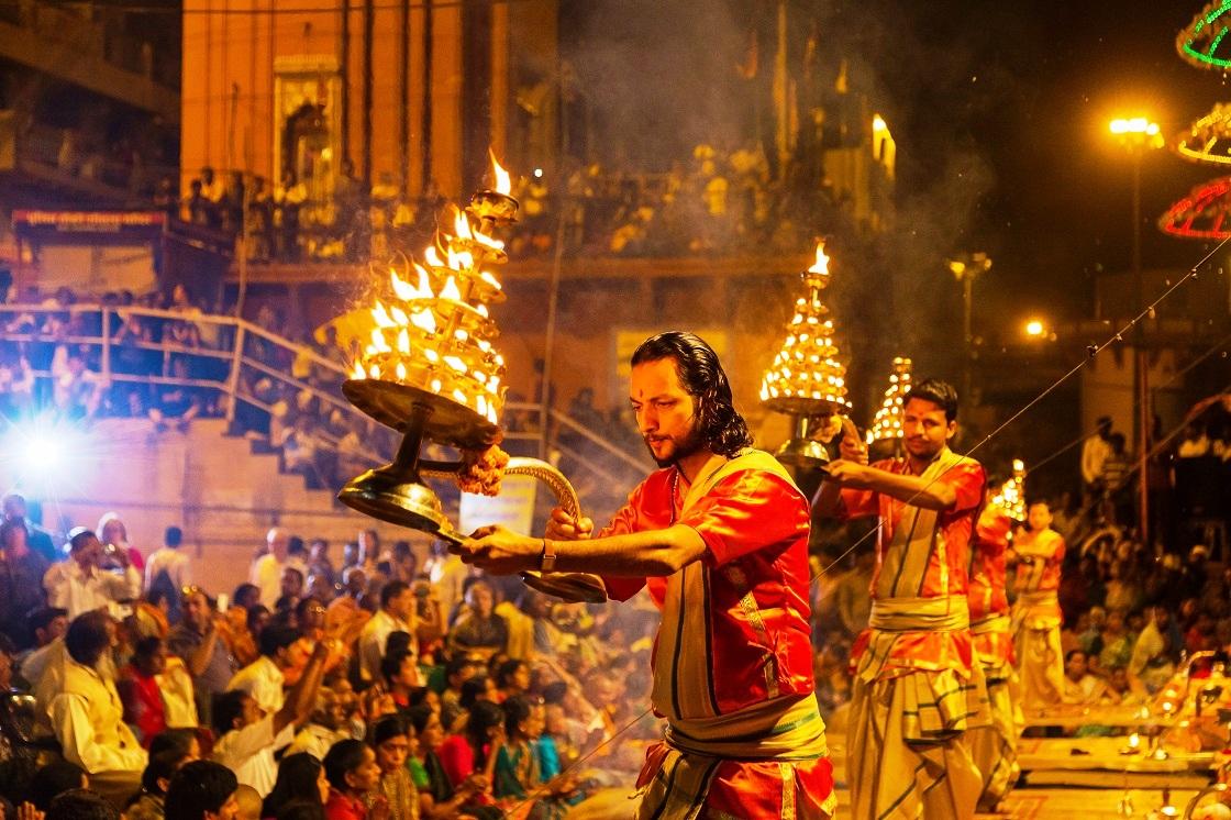 Varanasi-India-Ganga-Aarti-ceremony-at-Dasashvamedh-Ghat India: Las Mejores 10 Atracciones para Turistas Mexicanos