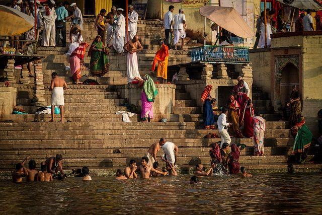 Bathe-in-the-Varanasi-Ganges 11 Cosas que hacer en Benarés